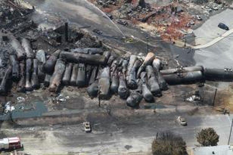 Foto udara ini menampilkan belasan gerbong tangki pengangkut BBM yang hangus setelah sebuah kereta barang anjlok dan meledak di kota kecil Lac-Megantic, Quebec, Kanada. Sebanyak 15 orang meninggal dunia dalam kecelakaan kereta api terburuk dalam sejarah Kanada ini.
