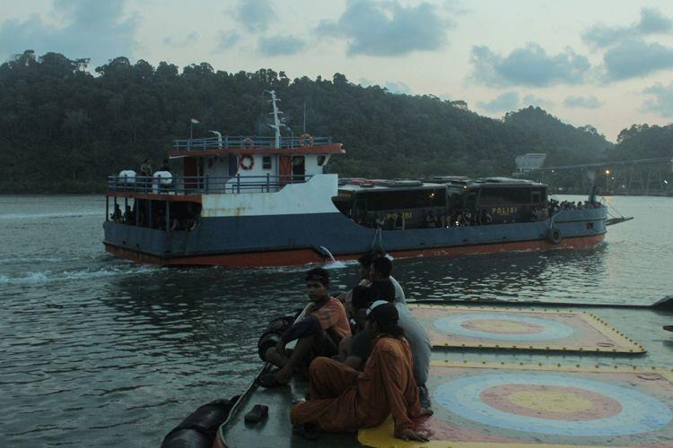 Armada bus Mako Brimob yang membawa 145 narapidana teroris diangkut oleh Kapal Pengayoman milik Kemenkumham untuk menyeberang dari Dermaga Wijayapura, Cilacap menuju Dermaga Sodong, Nusakambangan, Kamis (10/5/2018)