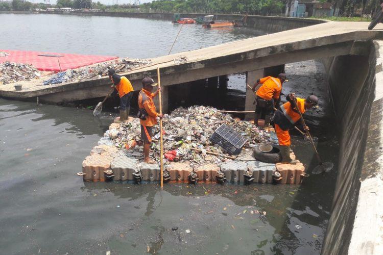 Sejumlah petugas membersihkan sampah yang menggenangi Danau Sunter Utara, Selasa (27/2/2018)