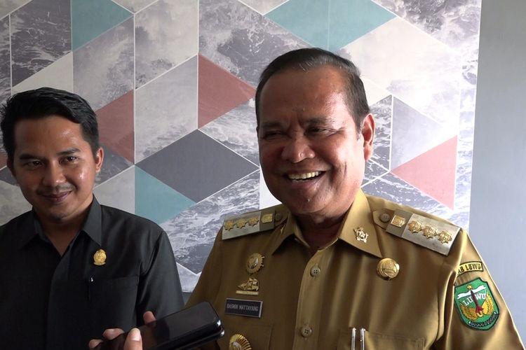Bupati Luwu Basmin Mattayang saat dikonfirmasi awak media usai melakukan rapat koordinasi terbatas dengan OPD tentang pencegahan penyebaran virus corona di Luwu, Senin (16/03/2020),