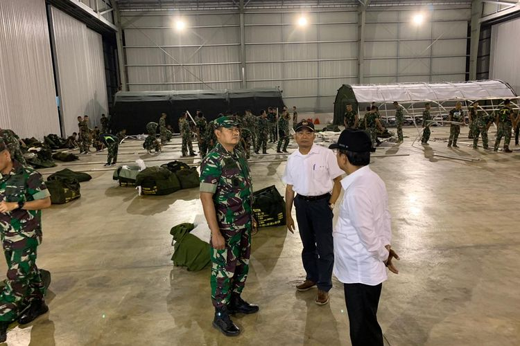 Menko PMK Muhadjir Effendy saat meninjau persiapan lokasi evakuasi WNI di Pulau Natuna, Kepulauan Riau, Minggu (2/2/2020).