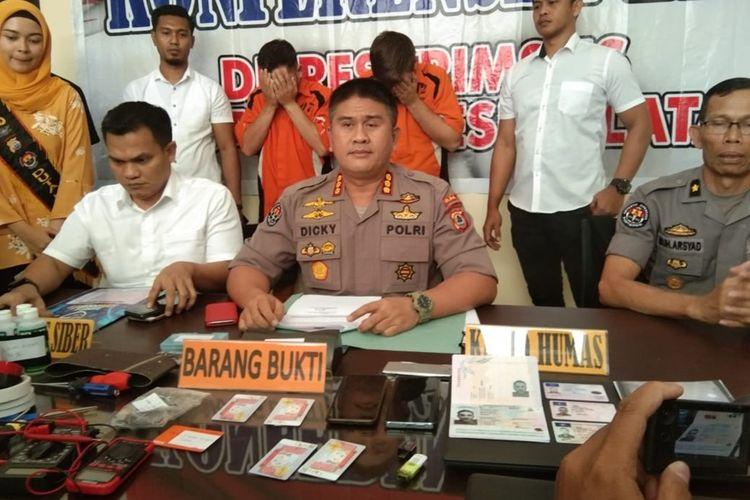 Dua WNA asal Rumania GA dan SR menutup wajahnya saat diamankan tim Cyber Crime Ditreskrimsus Polda Sulsel usai terlibat kasus pembobolan data nasabah bank BNI di Makassar, Rabu (9/10/2019).