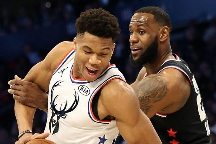 Giannis Antetokounmpo berebut bola dengan LeBron James pada pertandingan NBA All-Star 2019 yang digelar di Spectrum Center, Charlotte, North Carolina pada tanggal 17 Februari 2019.