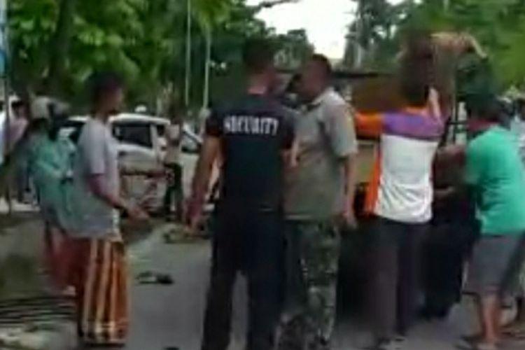Sejumlah warga mengevakuasi jasad ibu dan anak serta korban luka lainnya akibat ditabrak mobil Honda Mobilio yang dikemudikan seorang PNS bernama Heri Susanto (60), di Jalan Tuanku Tambusai, Kota Bangkinang, Kabupaten Kampar, Riau, Jumat (2/4/2021).