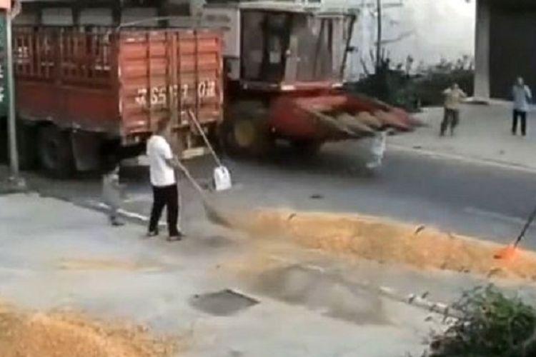 Potongan rekaman video yang viral di Bozhou, China, memperlihatkan seorang bocah ditabrak mesin pemanen saat menyeberang jalan. Ajaibnya, bocah itu selamat.