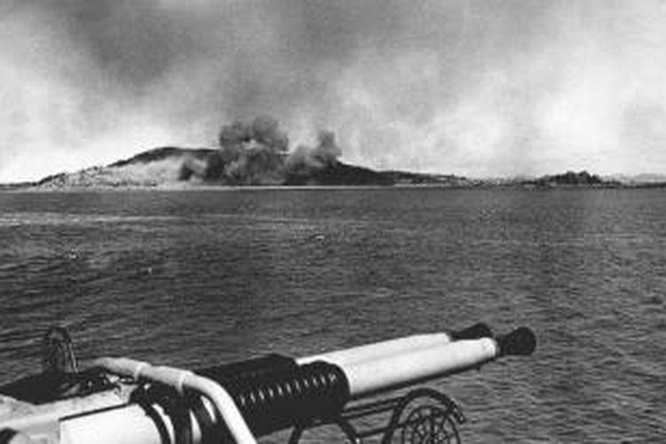 Pulau Wolmi-do dihujani tembakan pada 13 September 1950, dua hari sebelum pendaratan amfibi di Incheon digelar. Gambar ini diambil dari geladak kapal perang AS USS Lyman K. Swenson yang salah satu meriam 40 milimeter-nya terlihat di latar depan.