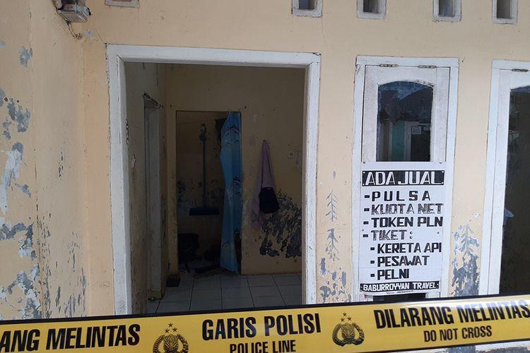 Garis polisi dipasang di rumah kontrakan pelaku penusukan Wiranto di Kampung Sawah, Desa Menes, Kecamatan Menes, Kabupaten Pandeglang, Kamis (10/10/2019). Wiranto menderita luka dua tusukan di bagian perut dan polisi mengamankan dua tersangka suami istri Syahril dan Fitri Andriana yang diduga terpapar jaringan ISIS.