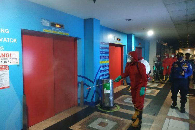 Petugas pemadam kebakaran menyemprotkan cairan disinfektan di dalam gedung Pasar Tanah Abang, Jakarta Pusat, Kamis (4/6/2020)