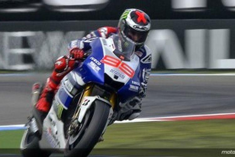 Pebalap Yamaha asal Spanyol, Jorge Lorenzo, memacu motornya pada sesi pemanasan GP Belanda, Sabtu (29/6/2013). Sekitar sehari sebelumnya, Lorenzo menjalani operasai collarbone kiri selama dua jam.