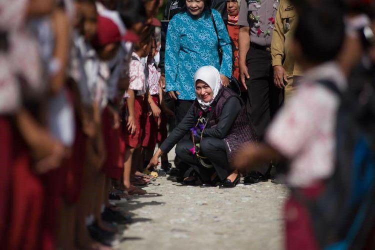 Bupati Luwu Utara Indah Putri Indriani saat berkunjung ke sekolah dasar