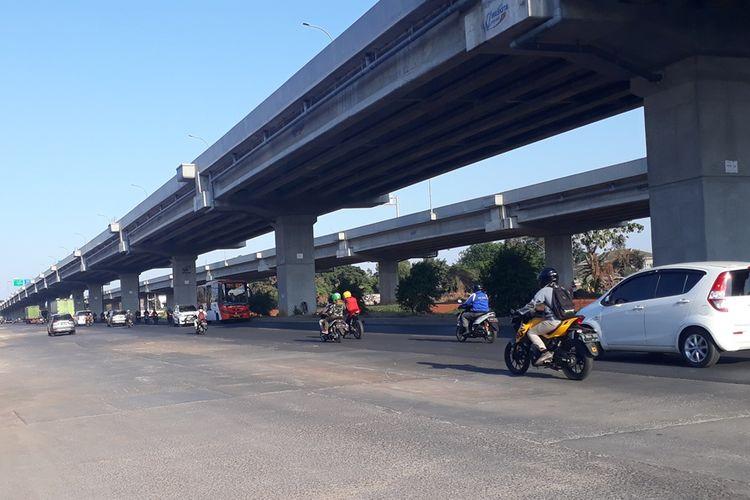 Arus lalu lintas di Jalan Raya Kalimalang, Duren Sawit, Jakarta Timur, tampak lancar pasca pembongkaran trotoar yang berada di median jalan, Jumat (4/10/2019).