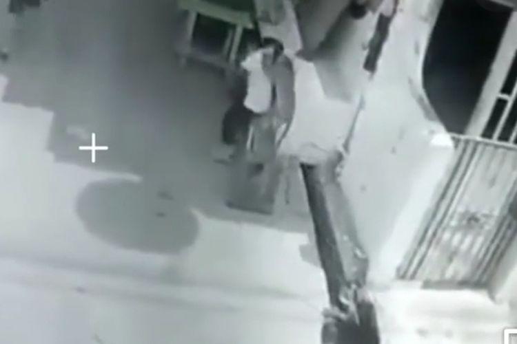 Tangkapan rekamam CCTV seekor monyet menyerang seorang balita bernama Wirda (4) di Palmerah, Jakarta Barat, pada Kamis (22/4/2021)
