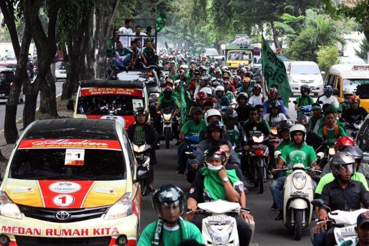 Tiga kelompok suporter PSMS Medan saat menggelar konvoi juara Piala Kemerdekaan 2015 di jalan protokol Kota Medan