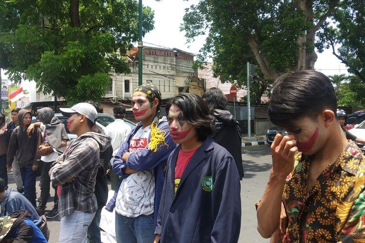 Masa aksi berpenampilan seperti Joker
