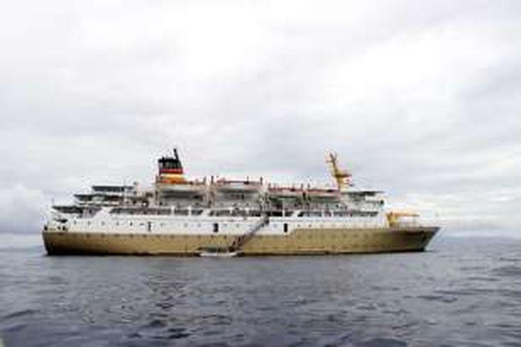 KM Tatamailau milik PT. Pelni di Perairan Raja Ampat, Papua Barat, Minggu (30/11/2016). KM. Tatamailau digunakan untuk membawa peserta paket wisata bahari