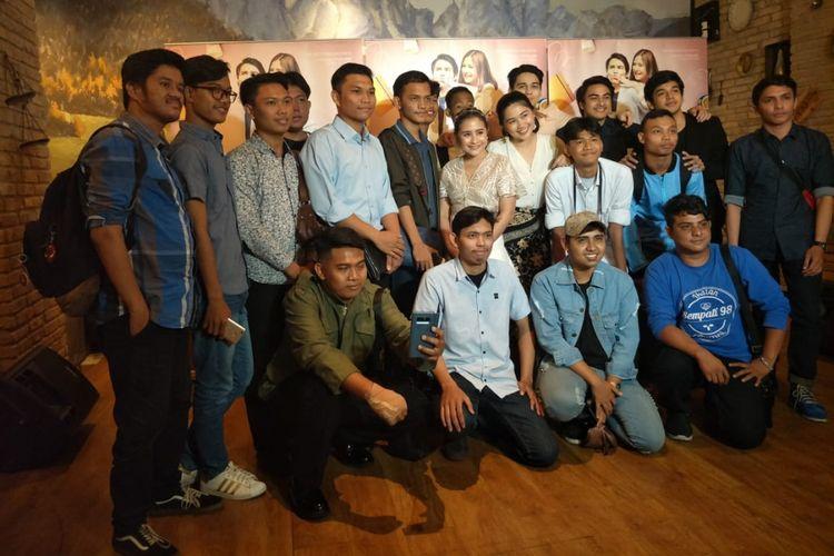 Prilly Latuconsina dan pemain film Matt & Mou lainnya foto bersama 20 penggemar dalam acara Malam #CeritaMou di MD Palce, Setia Budi, Jakarta Selatan, Kamis (10/1/2018).