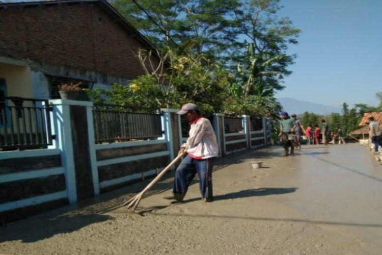 Salah satu kegiatan dari Program Pengembangan Infrastruktur Sosial Ekonomi Wilayah (PISEW).