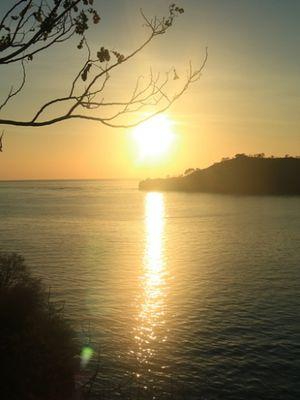 Matahari terbit dilihat dari Pulau Rutong, Taman Laut 17 Pulau Riung, Flores, NTT.