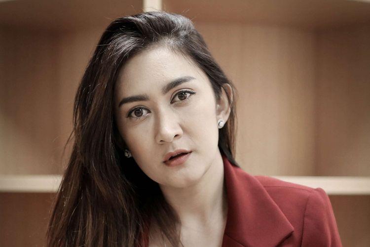 Artis peran Nafa Urbach berpose usai wawancara film Kembang Kantil di Kantor Redaksi Kompas.com, Palmerah Selatan, Jakarta, Selasa (10/4/2018). Film ini menjadi film horor pertama Nafa setelah lima tahun menolak berbagai tawaran main film horor.