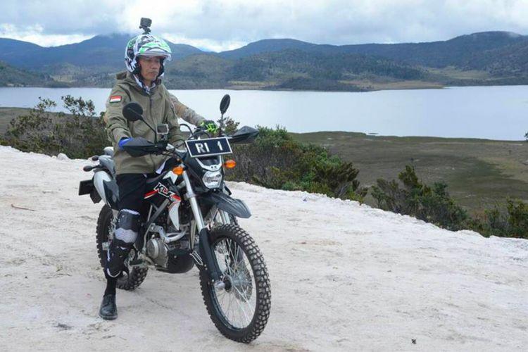 Presiden Joko Widodo (Jokowi) menggunakan motor trail saat menjajal salah satu ruas jalan Trans Papua, Rabu (10/5/2017)