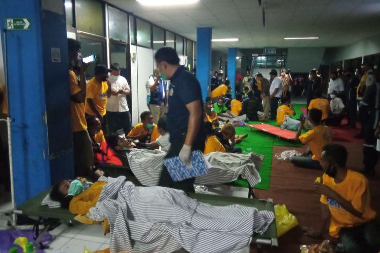 Korban selamat KMP Yunice dievakuasi di Pelabuhan Ketapang, Banyuwangi.