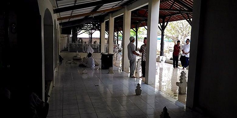 Masyarakat berziarah ke makam sultan dan ulama Banten di kompleks Masjid Agung Banten sebelum Ramadhan.