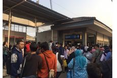 Harus Beli Tiket Kertas, Antrean Pengguna KRL di Stasiun Depok Sampai Parkiran
