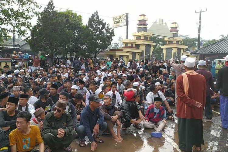 Massa dari Umat Islam Kabupaten Ciamis demo di halaman Mapolres Ciamis, Minggu sore (13/12/2020). Massa meminta turut dipenjara seperti Habib Rizieq karena telah melanggar protokol kesehatan saat menyambut Habib Rizieq di Petamburan, Jakart.