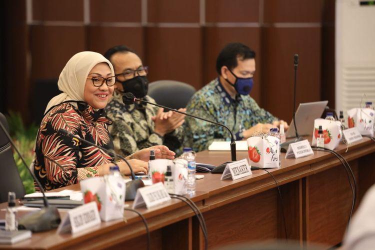 Menteri Ketenagakerjaan Ida Fauziyah usai membahas RUU Cipta Kerja Klaster Ketenagakerjaan bersama Tim Tripartit, Jakarta, Mimggu (2/8/2020).