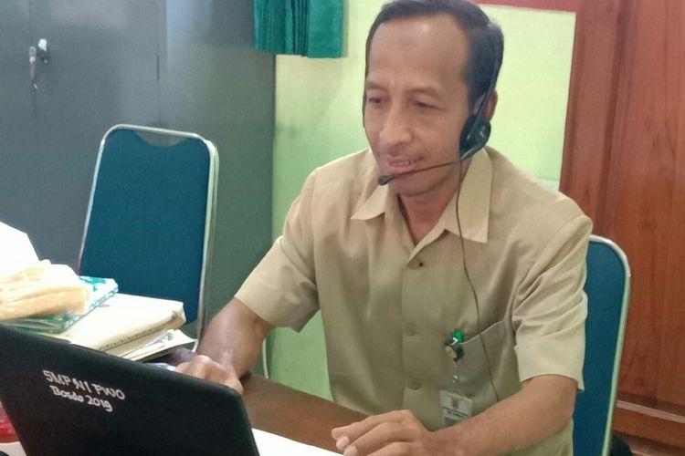 Witono, guru IPS SMPN 1 Purwantoro, Wonogiri, Jawa Tengah yang mengikuti sarasehan online untuk guru, merasa terbantu dalam mengembangkan kegiatan pembelajaran online untuk siswa di rumah.