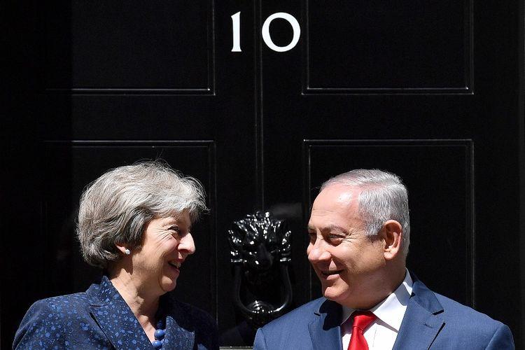 Perdana Menteri Inggris Theresa May (kiri) saat menemui rekan Israelnya Benjamin Netanyahu di kantornya di 10 Downing Street, London, Rabu (6/6/2018).