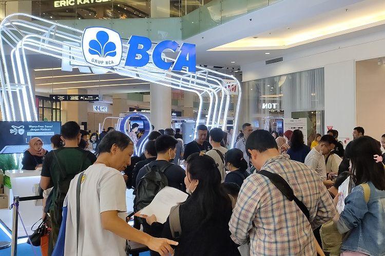 Suasana antrean pengunjung di booth cashback acara pameran Singapore Airlines BCA Travel Fair 2020, Mal Gandaria City, Jumat (14/2/2020).