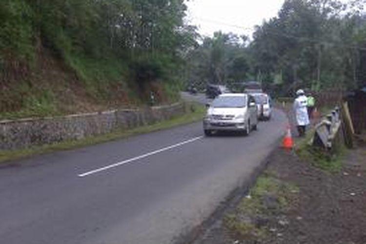 Tanjakan Bohong, Salawu, Kabupaten Tasikmalaya rawan kecelakaan karena seakan tak terlihat menanjak dan menikung, Selasa (10/8/2013).