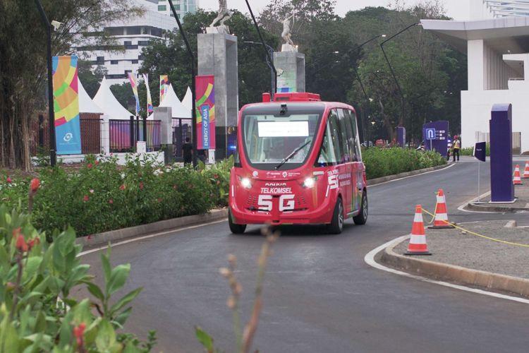 Kendaraan otonomos Navya berkeliling di GBK Senayan saat acara Asian Games, Jakarta, Kamis (23/08/2018). Mobil ini merupakan mobil tanpa awak pengemudi yang dihadirkan operator seluler Telkomsel selama acara Asian Games berlangsung.