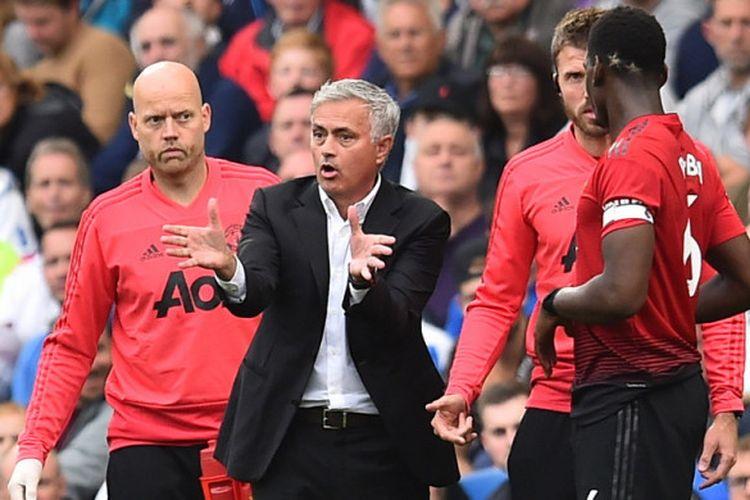 Ekspresi manajer Manchester United, Jose Mourinho (tengah), saat memberikan arahan kepada striker Romelu Lukaku (kiri) saat menghadapi Brighton & Hove Albion di Stadion American Express, Brighton, Inggris, 19 Agustus 2018.