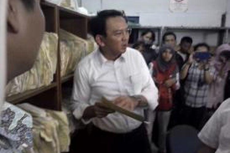 Wakil Gubernur DKI Jakarta Basuki Tjahaja Purnama melakukan blusukan ke Dinas Perhubungan Kedaung Angke, Jakarta Barat, Rabu (23/7/2014). Pada kesempatan itu Ahok didampingi Wakil Ketua Komisi Pemberantasan Korupsi (KPK) Bambang Widjojanto.