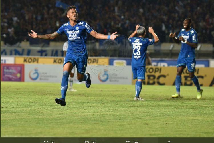 Striker Persib Bandung Wander Luiz (kiri) merayakan golnya ke gawang PSS Sleman pada laga lanjutan pekan ketiga Shopee Liga 1 2020 di Stadion Si Jalak Harupat, Kab. Bandung, Minggu (15/3/2020).