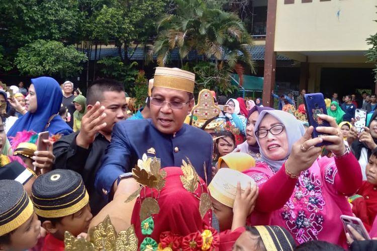 Walikota Makassar, Danny Pomanto mengenakan pakaian adat Bugis-Makassar dan mengunjungi murid-murid SD Mangkura pada hari Kebudayaan Makassar, Senin (1/4/2019).