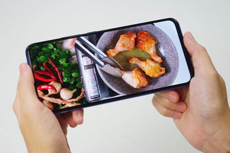 Ilustrasi menonton cara memasak dengan smartphone