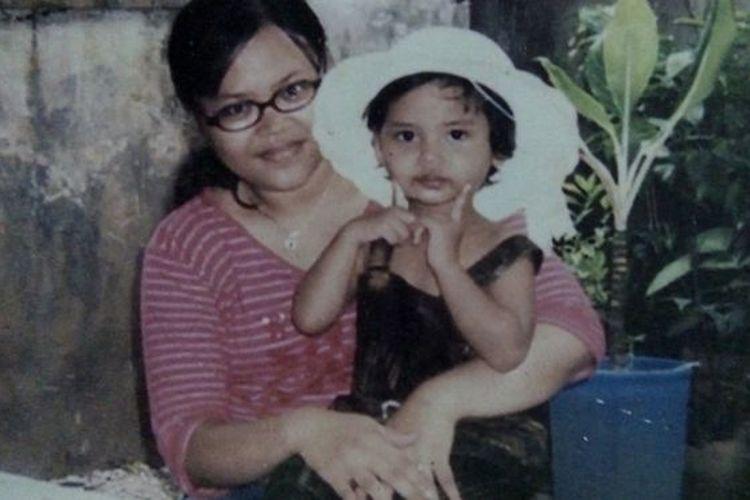 Sarah bersama ibunya, Halila, yang meninggal saat ulang tahunnya yang kelima.