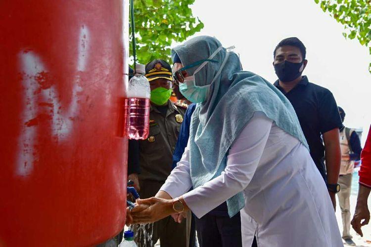 Wakil Gubernur NTB, Siti Rohmi Djalilah mencoba fasilitas cuci tangan yang tersedia di Gili Trawangan, Sabtu (14/6/2020).