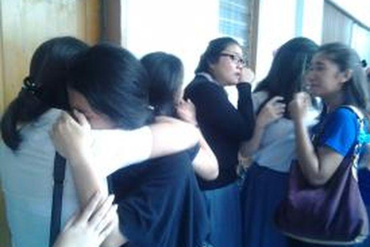 Sejumlah siswi SMA 3 Jakarta tampak menangis histeris usai pembacaan vonis bebas bersyarat di Pengadilan Negeri Jakarta Selatan, Selasa (26/8/2014).