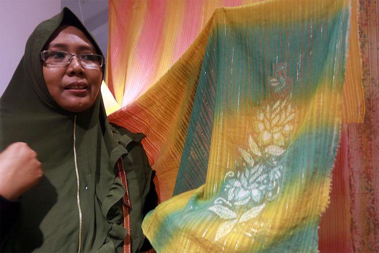 Mursidah Waty lagau, peneliti dari Jurusan Desain dan Seni Rupa Fakultas Teknik Universitas Negeri Gorontalo (UNG) saat mengenalkan 3 teknik produksi sulam karawo, airbrush dan pembatikan.