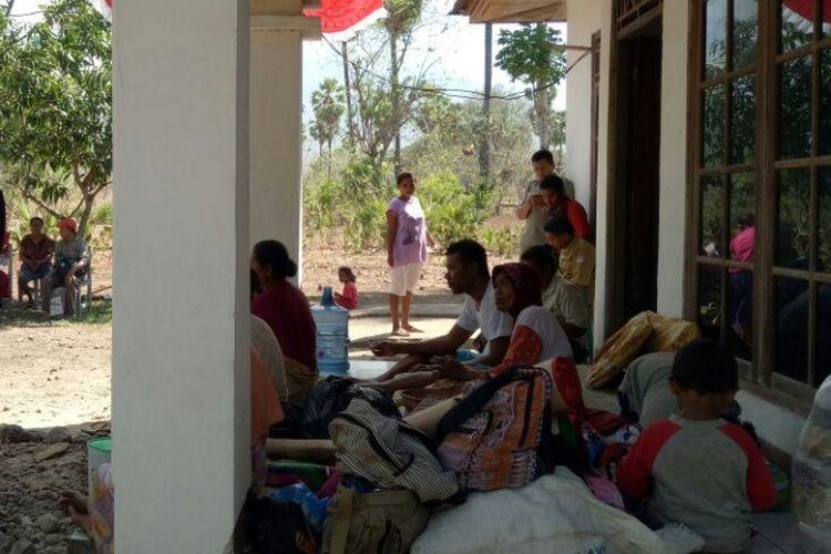 Warga sedang mengungsi di Kantor Camat Ile Ape,  Lembata,  Nusa Tenggara Timur, Selasa (10/10/2017)