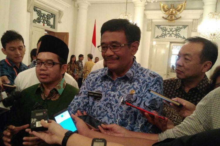 Gubernur DKI Jakarta Djarot Saiful Hidayat (tengah) di Balai Kota DKI Jakarta, Jalan Medan Merdeka Selatan, Selasa (19/9/2017).