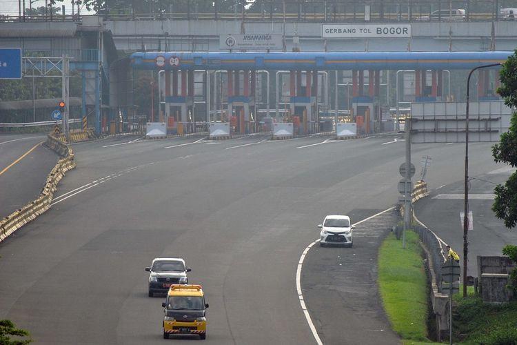 Sejumlah kendaraan keluar Gerbang Tol Bogor di Ciheuleut, Kota Bogor, Jawa Barat, Jumat (10/4/2020). Gerbang tol Bogor yang biasanya dipadati kendaraan saat libur akhir pekan bertepatan dengan Hari Paskah tersebut terlihat lengang sejak penerapan Pembatasan Sosial Berskala Besar (PSBB) di DKI Jakarta. ANTARA FOTO/Arif Firmansyah/pras.