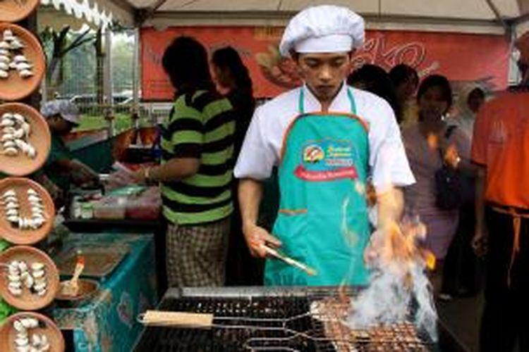 ILUSTRASI - Salah satu booth jajanan yang menyajikan daging iga bakar di 'Festival Jajanan Bango - Pilihan Ibu Nusantara' di Plaza Selatan Gelora Bung Karno, Jakarta, Sabtu (3/7/2010). Hampir 100 jajanan pilihan para ibu mengikuti Festival Jajanan Bango yang akan berlangsung hingga tanggal 4 Juli.