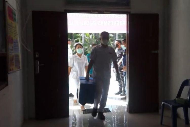 Vaksin Sinovac tiba di Puskesmas Pulau-pulau Batu Utara, yang dibawa dari Dinas Kesehatan Nias Selatan setelah menempuh waktu kurang lebih tiga jam perjalanan dikawal oleh Kepolisian Resor Nias Selatan, Lanal Nias Selatan.