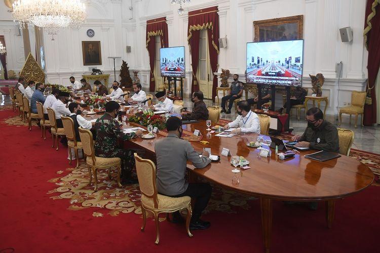 Presiden Joko Widodo (kelima kanan) memimpin rapat kabinet terbatas mengenai percepatan penanganan dampak pandemi COVID-19 di Istana Merdeka, Jakarta, Senin (29/6/2020).