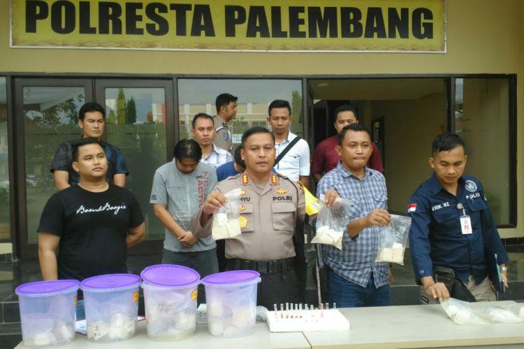 Ratusan tahu yang mengandung formalin bersama dua tersangka saat diamankan di Mapolresta Palembang.